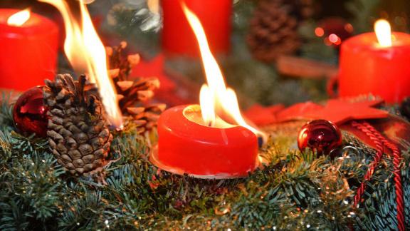 Sicherheitstipps in der Lichterzeit: Sicherer Umgang mit Adventskränzen und Weihnachtsbäumen
