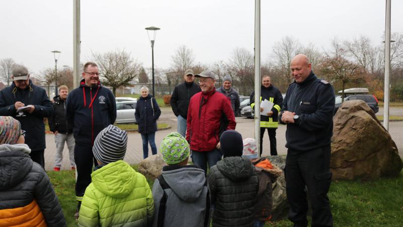Geschmückter Tannenbaum dankt der Kinderfeuerwehr Jagel